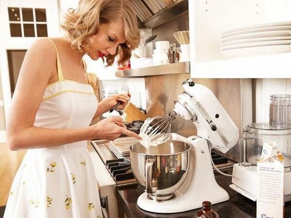 Taylor Swift enjoys trying out new recipes. (Twitter)