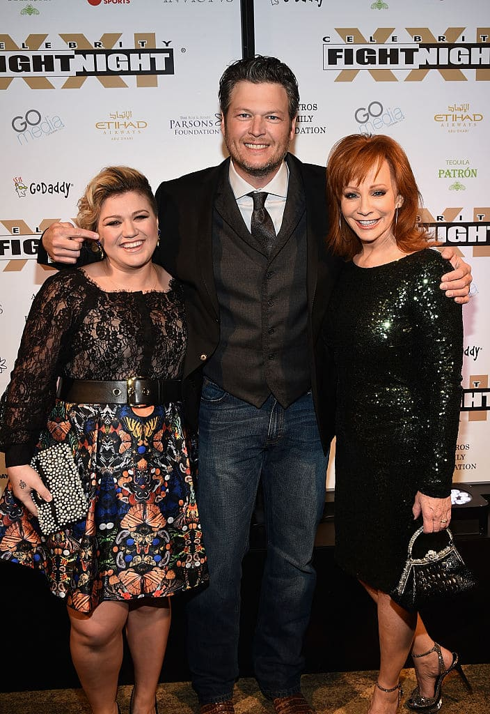 (L-R) Singer/songwriters Kelly Clarkson, Blake Shelton and Reba McEntire attend Muhammad Ali's Celebrity Fight Night XXI at the JW Marriott Phoenix Desert Ridge Resort & Spa on March 28, 2015 in Phoenix, Arizona. (Photo by Michael Buckner/Getty Images for Celebrity Fight Night)