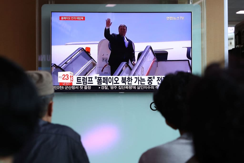 South Koreans watch on a screen reporting the US Secretary of State Mike Pompeo visit to North Korea at the Seoul Railway Station on May 9, 2018 in Seoul, South Korea (Photo by Chung Sung-Jun/Getty Images)