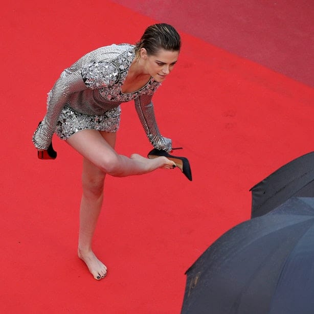 Kristen Stewart removes her heels on the Red Carpet(Andreas Rentz/Getty Images Entertainment/Getty Images)