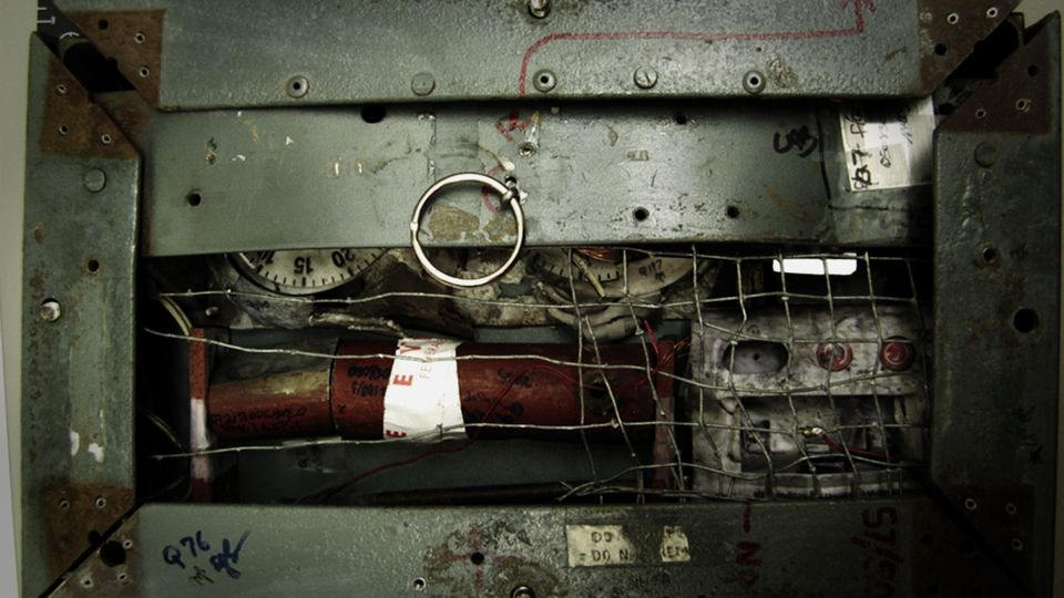 The inside of the bomb that killed Wells (Netflix)