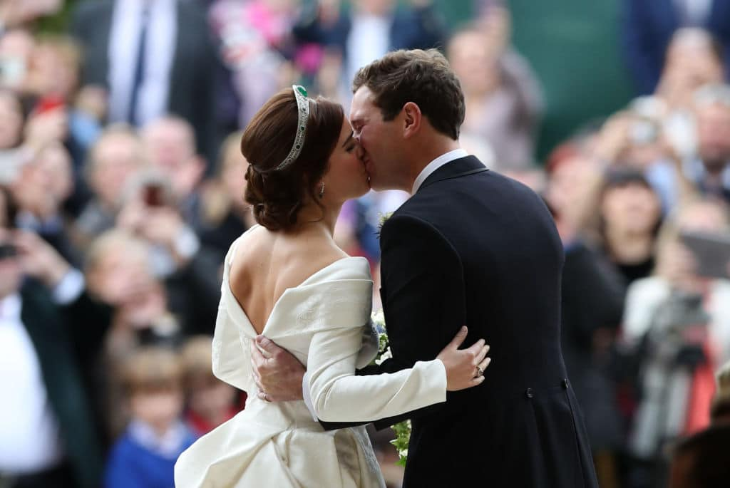 Princess Eugenie and her new husband Jack Brooksbank kiss as they leave St George's Chapel in Windsor Castle following their wedding on October 12, 2018 in Windsor, England. (Photo by Yui Mok - WPA Pool/Getty Images)