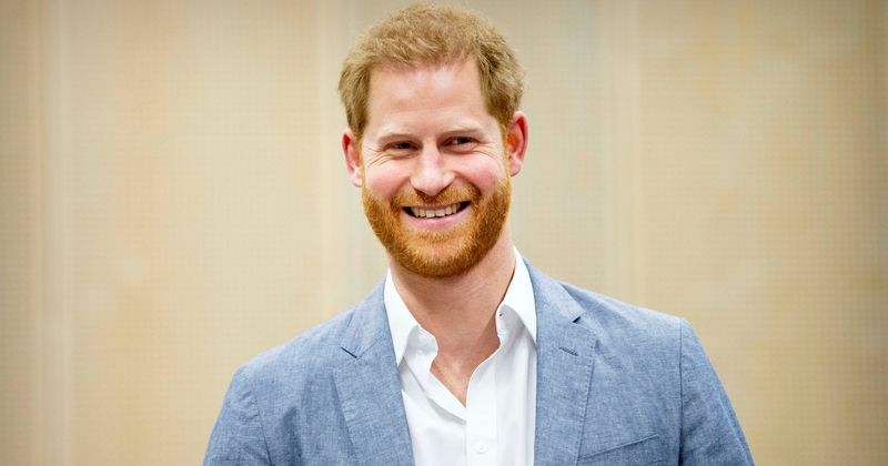 Prince Harry spotted laughing and joking while having dinner with friends at London pub: 'He seemed very relaxed'