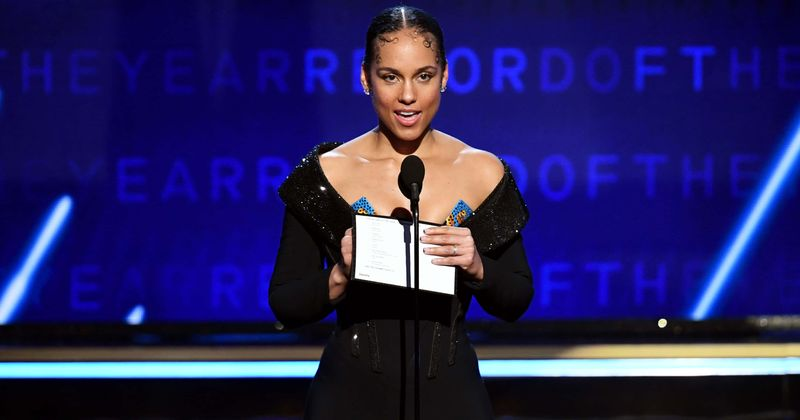 grammys 2020 alicia keys dubbed the coolest host for bringing shining energy after kobe bryant s death meaww grammys 2020 alicia keys dubbed the