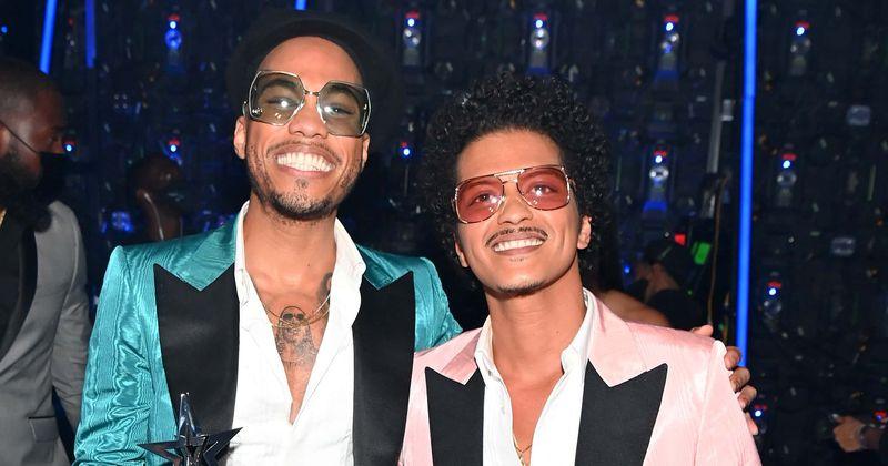 MTV VMAs 2021: Silk Sonic's Bruno Mars and Anderson .Paak win Best R&B award | MEAWW